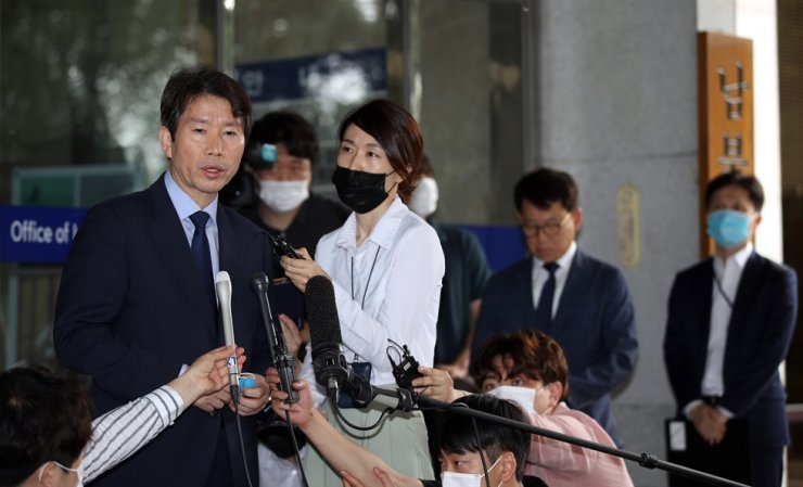 Unification Minister nominee Lee In-young speaks to reporters after arriving at the Office of Inter-Korean Dialogue in Seoul, Monday, to prepare for his parliamentary confirmation hearing. / Yonhap