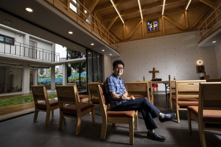 Architect Cha Tae-kwon poses inside the chapel of St. Andrew's Anglican Church in Pohang, South Gyeongsang Province, during a recent interview with The Korea Times. He broke away from the conventional 'isolated' indoor space tenaciously embraced by Korean churches. Korea Times photo by Shim Hyun-chul