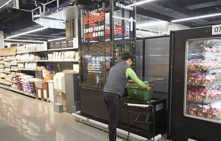 A worker sends fresh pork for Lotte's three-hour-delivery-service at Lotte Mart in Gwanggyo, Gyeonggi Province, on June 3. / Courtesy of Lotte Mart