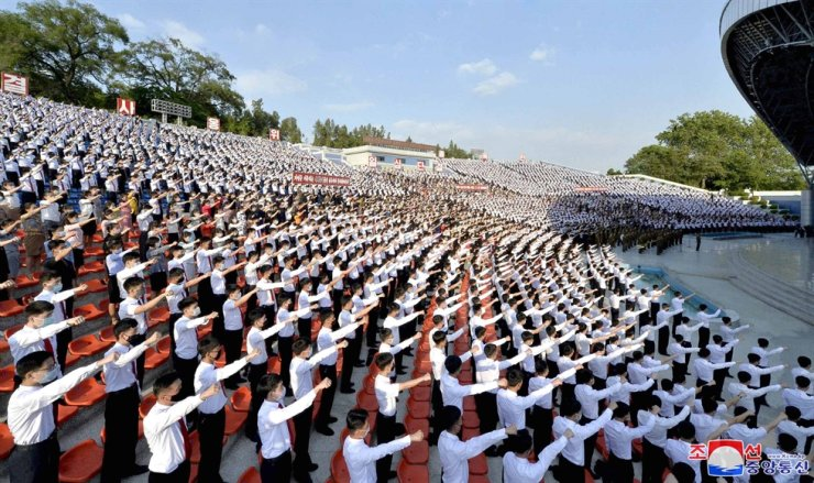 North Korean students stage a rally in Pyongyang to criticize anti-Pyongyang leaflets sent by North Korean defectors in the South, in this photo released by the Korean Central News Agency, June 6. / Yonhap