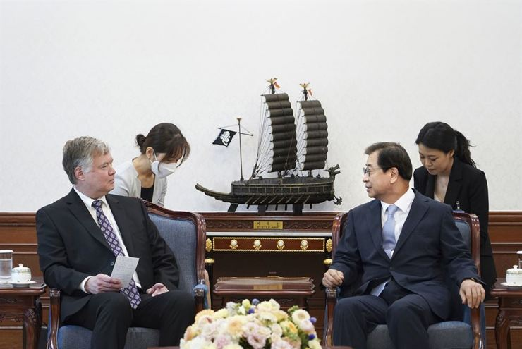 President Moon Jae-in's new national security adviser Suh Hoon, right, talks with U.S. Deputy Secretary of State Stephen Biegun during a meeting at Cheong Wa Dae, July 9. Yonhap