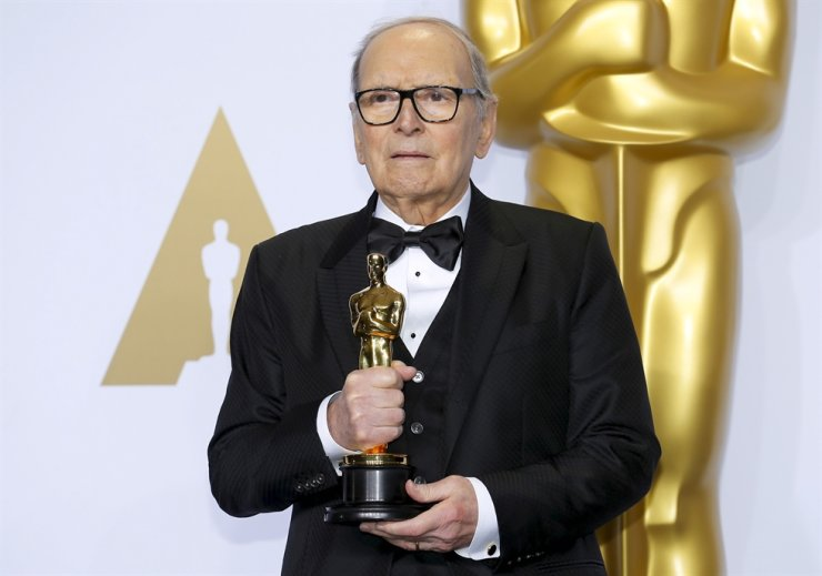 Italian composer Ennio Morricone poses with his Oscar for Best Original Score for 'The Hateful Eight,' during the 88th Academy Awards in Hollywood, California, in this February 28, 2016 file photo. /REUTERS