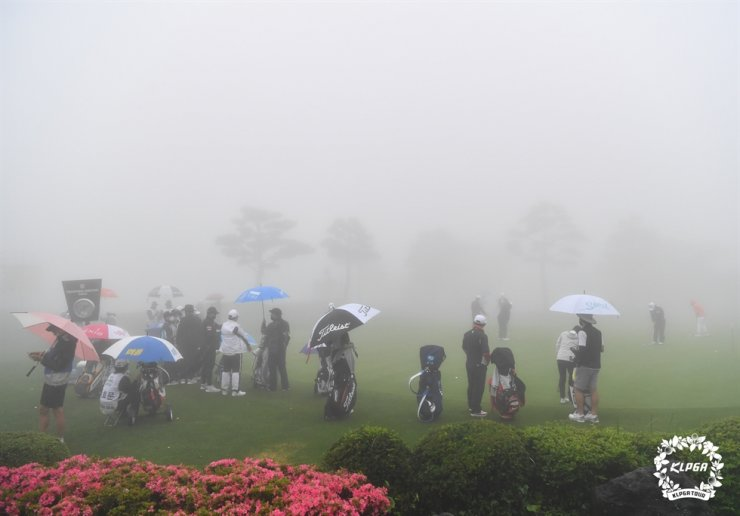 KLPGA Players practices in the fog at the Elysian Jeju Country Club, June 14. / Courtesy of KLPGA
