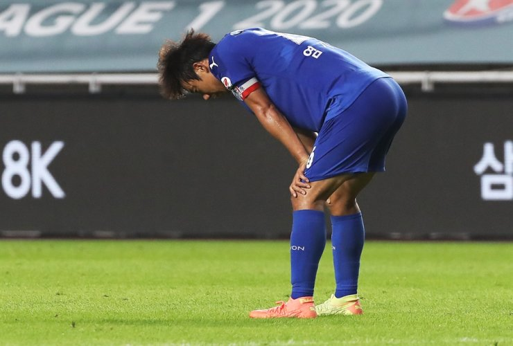 Suwon Samsung midfielder Yeom Ki-hun reacts after the team was defeated against Seongnam FC 0-1 during the K League 1 12th round match at the Suwon World Cup Stadium, Sunday. / Yonhap