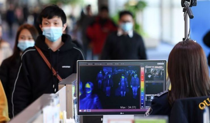 Inspectors from Korea Centers for Disease Control and Prevention watch body temperature of people arriving at Incheon International Airport, June 28. Korea Times file