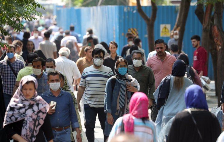 Iranians, some wearing face masks, go shopping around Tehran's grand bazaar in Tehran, Iran, Tuesday. / EPA-Yonhap