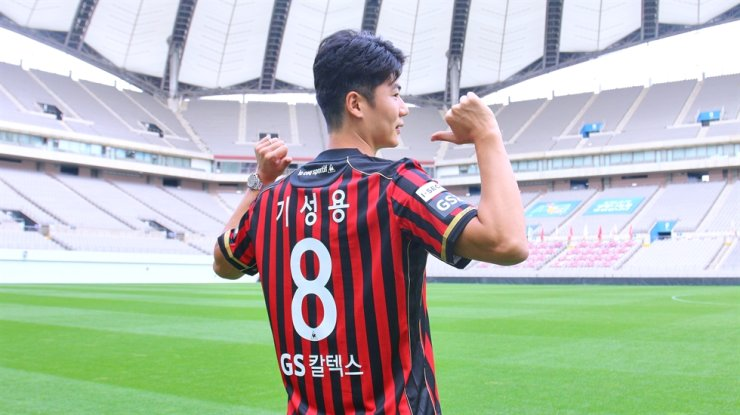 Ki Sung-yueng poses at the Seoul World Cup Stadium after completing the contract with the team, Tuesday. / Courtesy of FC Seoul