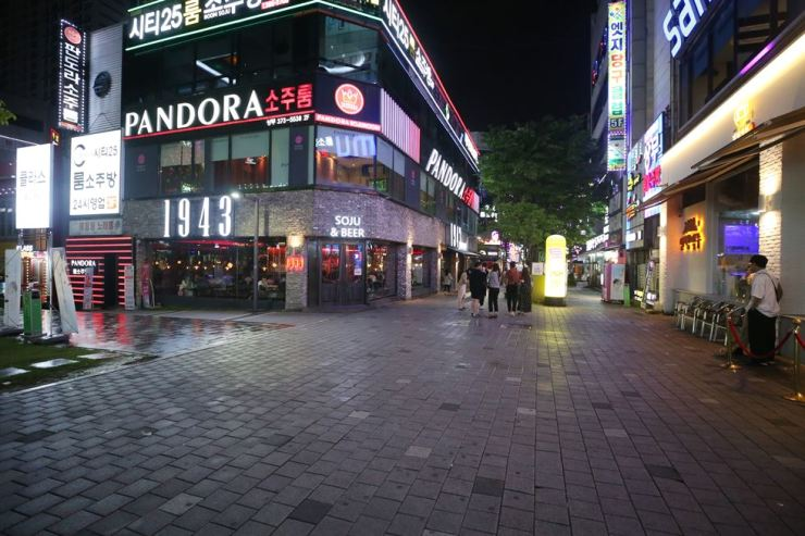 A popular night-out area in the Seo District of Gwangju is nearly free of visitors July 3. Having seen a spike in the number of COVID-19 infections since June 27, the city has raised its social distancing level. Yonhap