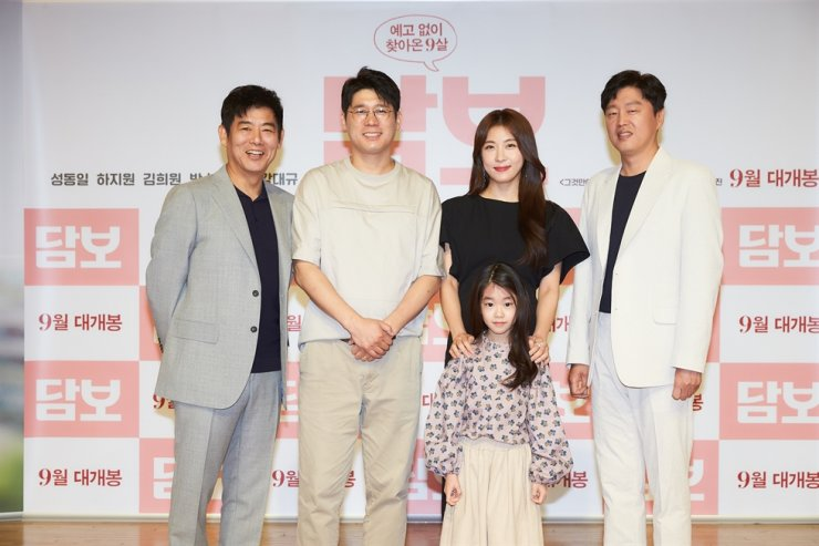 Director Kang Dae-gyu, second from left, poses with actors Sung Dong-il, left, Kim Hee-won, right, Ha Ji-won and Park So-yi during a press event held in Seoul, Wednesday. / Courtesy of CJ Entertainment