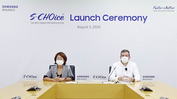 Yang Eun-young, head of Samsung Biologics' contract development organization business, left, and John Gill, head of Samsung Biologics' cell line development, attend the online launching event of the S-CHOice cell line. Courtesy of Samsung Biologics