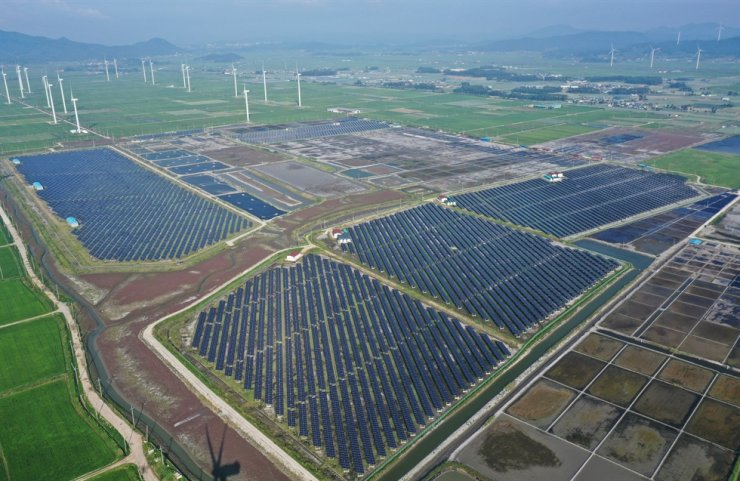 Hundreds of photovoltaic panels cover swaths of Baeksu village near salt fields in Yeonggwang County, South Jeolla Province. Korea Times file