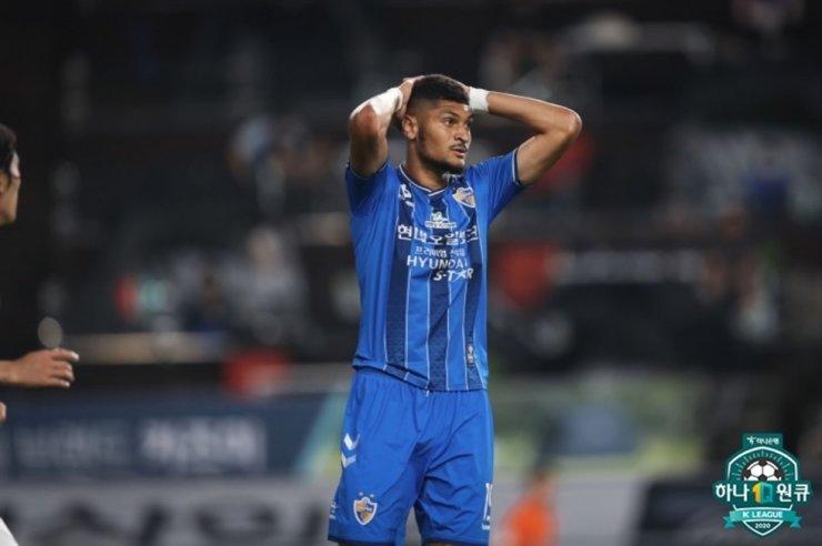 Ulsan Hyundai's striker Bjorn Johnsen reacts after his team drew the K League 1 match against Suwon Samsung 0-0 at the Ulsan Munsu Stadium, Saturday. / Courtesy of K League