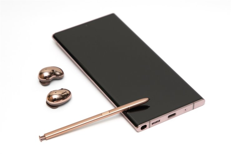 Samsung Galaxy Note20 Ultra in mystic bronze along with S Pen and Galaxy Buds Live / Korea Times photo by Choi Won-suk