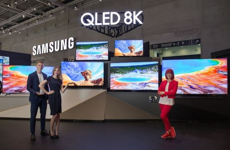 Models pose in front of Samsung's new television products at the Internationale Funkausstellung (IFA) in Berlin, on Aug. 6. / Korea Time file