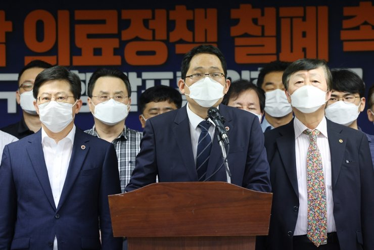 Korean Medical Association President Choi Dae-zip, center, speaks during a news conference at the association's office in Seoul, Saturday, warning of a doctors' general strike nationwide. / Yonhap