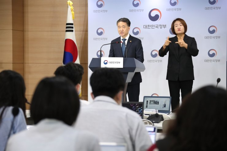 Health Minister Park Neung-hoo delivers a message on Thursday, Seoul, addressing to doctors who vowed to go on strike on Friday. Yonhap