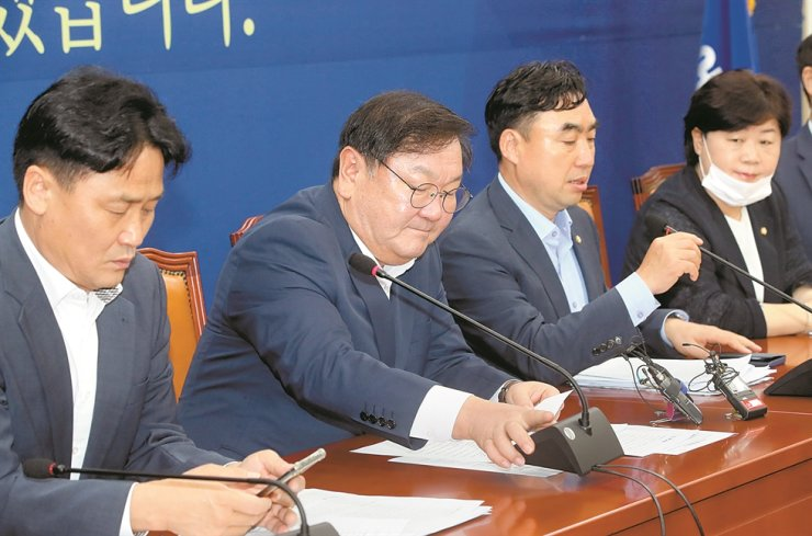 Rep. Kim Tae-nyeon, second from left, floor leader of the ruling Democratic Party of Korea (DPK), participates in a party meeting, Thursday. Yonhap