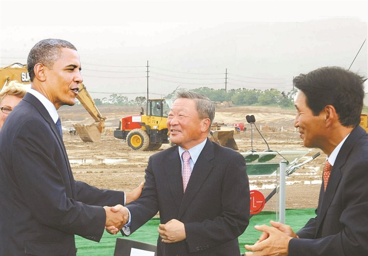 LG Group's late Chairman Koo Bon-moo, center, shakes hands with the then U.S. President Barack Obama during the groundbreaking ceremony of its battery plant in Michigan, in this July 15, 2010, file photo. / Korea Times file