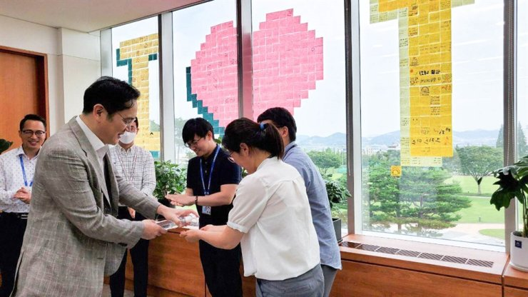 Samsung Electronics Vice Chairman Lee Jae-yong encourages employees during a visit to the company's Onyang semiconductor plant in Asan, South Chungcheong Province, July 30. / Courtesy of Samsung Electronics