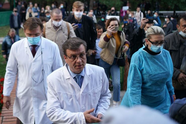 Alexander Murakhovsky, chief doctor at Omsk Emergency Hospital No. 1 where Alexei Navalny was admitted after he fell ill in what his spokeswoman said was a suspected poisoning, walks outside the medical facility in Omsk, Friday. AFP-Yonhap