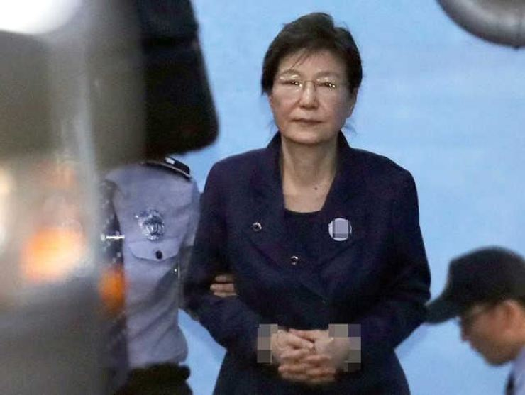 Former President Park Geun-hye leaves the Seoul Central District Court after a hearing for her corruption allegations in this October 2017 photo. She has been in prison since March 31, 2017. / Yonhap