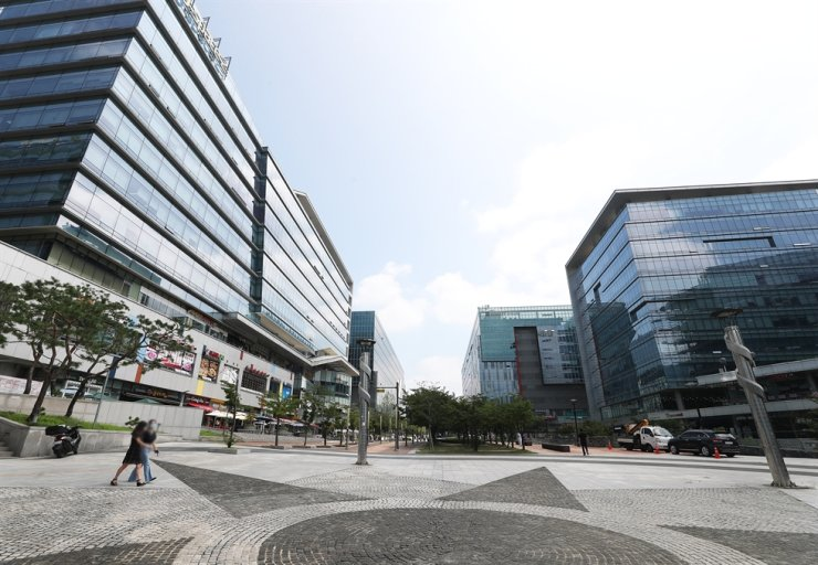 A quiet square in Pangyo, Gyeonggi Province is seen in this Aug. 20 photo. Despite the large number of surrounding IT firms, the streets are almost empty at lunchtime as companies are increasingly adopting work-from-home policies due to the rising number of COVID-19 cases. / Yonhap