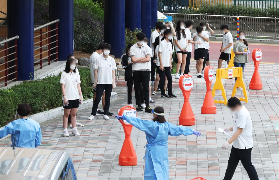 Youths queue up at Ulsan Bukgu Public Health Center in Ulsan's Buk-gu District, Thursday, to receive a checkup on possible COVID-19 infection. Yonhap