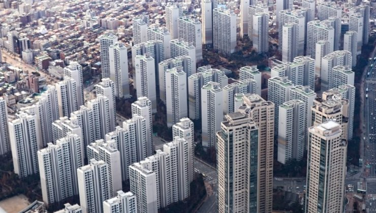 Apartment lease contracts in Seoul sank to a nine-year low in July amid tighter rules. Korea Times file