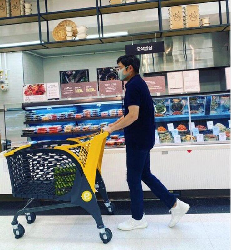 Vice Chairman of Shinsegae Group Chung Yong-jin shops at E-Mart's Wolgye branch in northern Seoul, on July 19. / Screen captured from Chung Yong-jin's Instagram