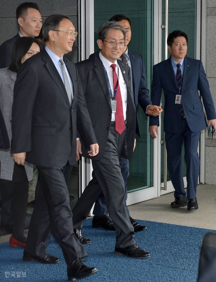 President Moon Jae-in's chief of staff Noh Young-min, center, a former Korean Ambassador to China, greets Yang Jiechi, left, as China's top diplomat arrives at the Incheon International Airport on March 29, 2018. Korea Times file