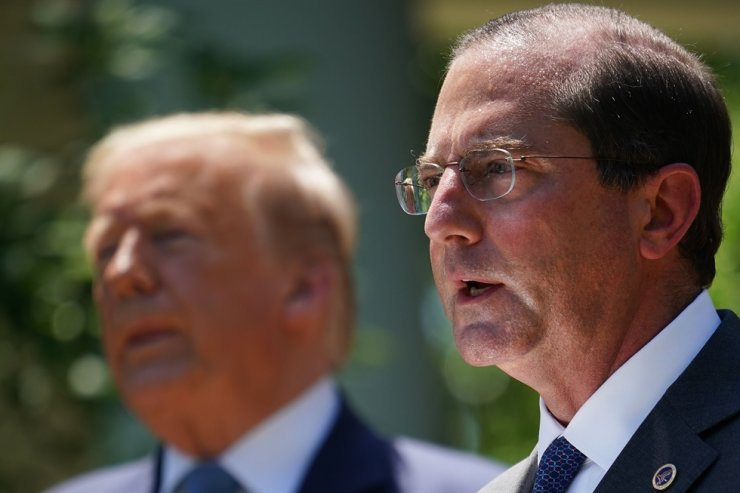 This file photo taken on May 15, 2020 shows US Secretary of Health and Human Services Alex Azar (R) speaking in the Rose Garden of the White House in Washington, DC as US President Donald Trump (L) looks on. - The United States will make its 'highest level' visit in decades to Taiwan, Washington's trade office said on August 5, 2020, as it confirmed Health and Human Services Secretary Alex Azar would lead an upcoming delegation. (Photo by MANDEL NGAN / AFP)