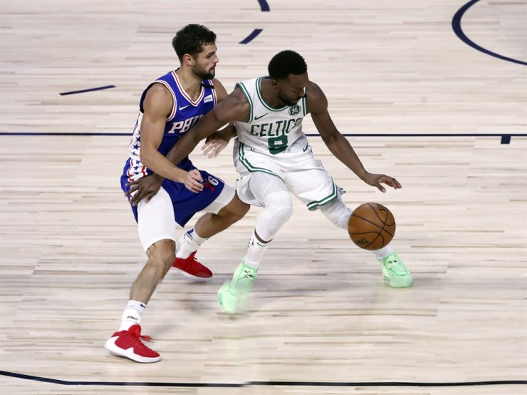 Boston Celtics guard Kemba Walker, right, dribbles as Philadelphia 76ers guard Raul Neto defends during the second half of Game 4 of an NBA basketball first-round playoff series in Lake Buena Vista, Fla., Sunday. / AP-Yonhap