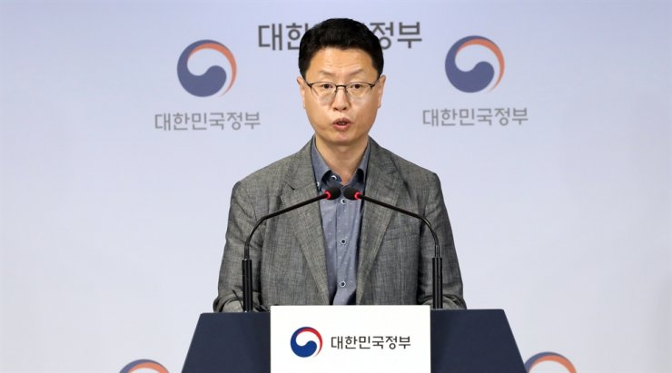 Hong Jin-bae, director at the Ministry of Science and ICT, announced the results of the 2020 5G telecom service quality evaluation at the Seoul Government Complex, Wednesday. / Yonhap