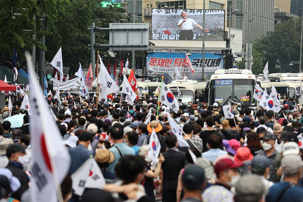 Protesters from conservative groups flock Gwanghwamun Square in Seoul's Jongno-gu District, Saturday. Yonhap