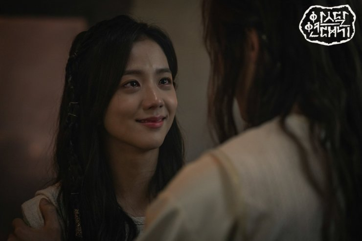 Jisoo, playing in tvN's 2019 period fiction 'Arthdal Chronicles,' has been cast as the female lead in JTBC's 'Seol Kang Hwa,' her first major role. Capture from tvN website