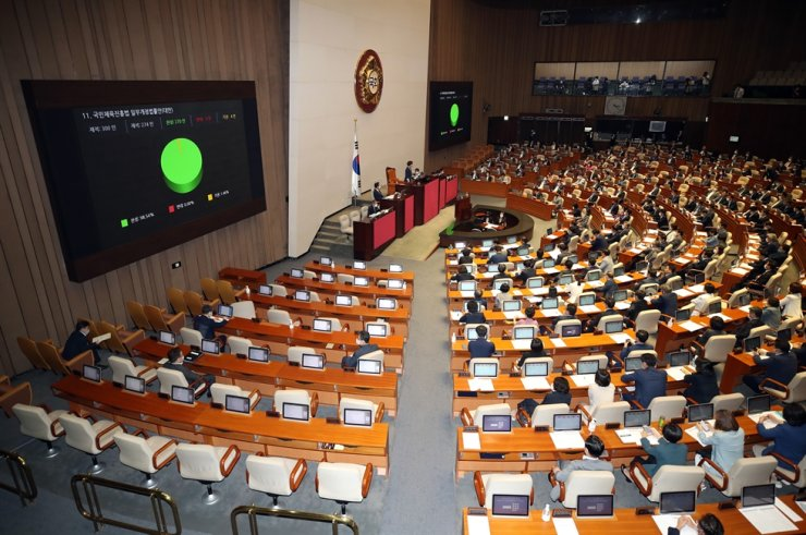 National Assembly lawmakers pass the amendment to better protect athletes from violence, Tuesday. Yonhap