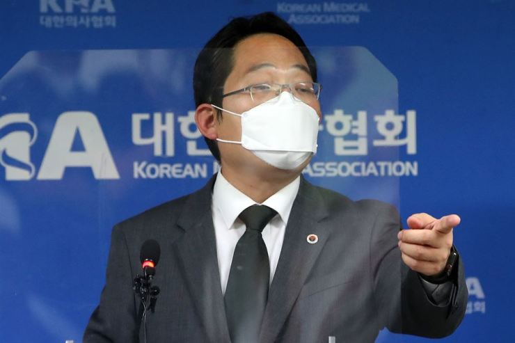 Choi Dae-zip, head of the Korean Medical Association (KMA) which represents local doctors, speaks during a press conference held in Seoul, Friday, announcing the KMA's plan to launch an indefinite strike starting Sept. 7, in protest of the government's new policy that centers on increasing the number of students at medical schools. Yonhap