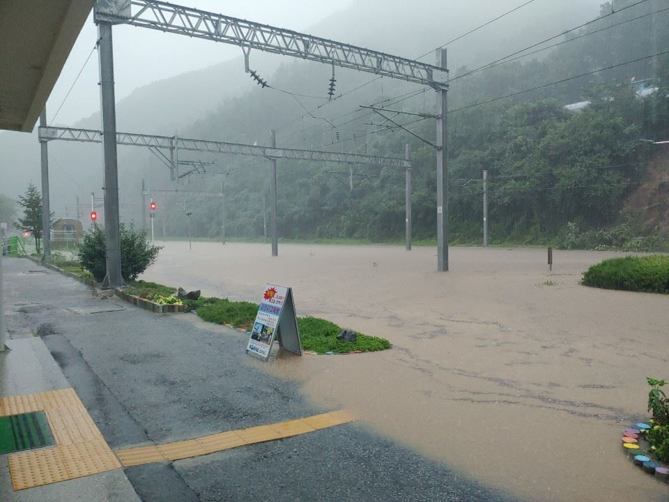 Cars stranded on a flooded road in Cheonan, Chungcheong Province, Monday. / Yonhap