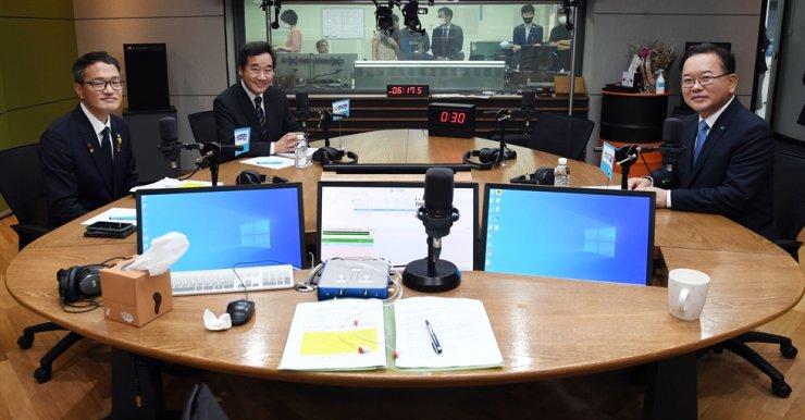Candidates for the ruling Democratic Party of Korea (DPK)'s chairman pose before talking to a radio show at CBS' headquarters in Seoul, Tuesday. From left are Rep. Park Ju-min, Rep. Lee Nak-yon and former Interior Minister Kim Boo-kyum. Yonhap