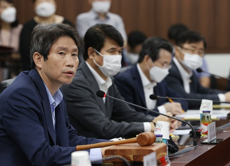 Unification Minister Lee In-young speaks while presiding over a meeting of a civic group-government committee on inter-Korean cooperation at the government complex in Seoul, Thursday. Yonhap