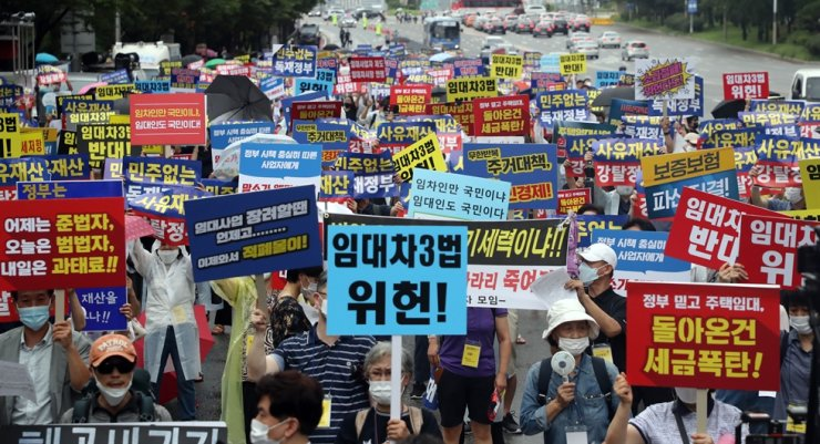 A group of landlords protest the revision of the housing lease laws on Yeouido in Seoul, Saturday, one day after the new law went into effect./ Yonhap