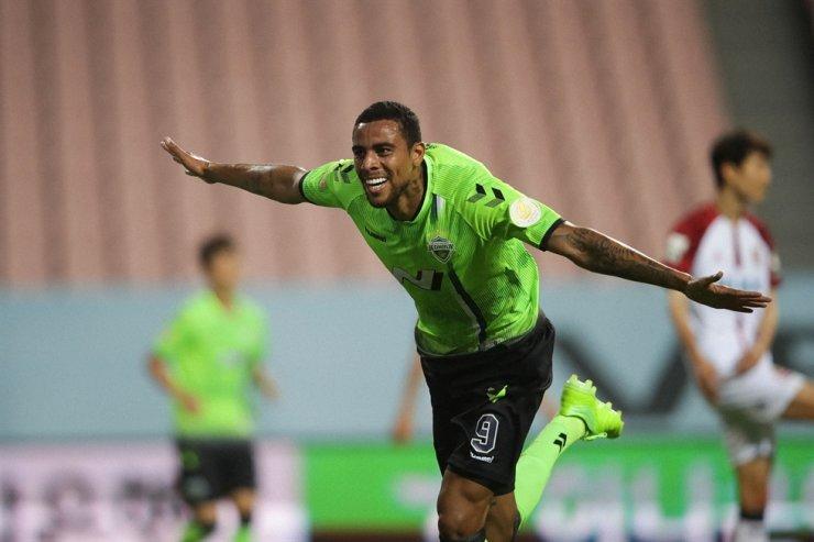 Jeonbuk Hyundai's Brazilian striker Gustavo Henrique da Silva Sousa celebrates after scoring his K League 1 debut goal against FC Seoul at the Jeonju World Cup Stadium, July 26. / Courtesy of K League