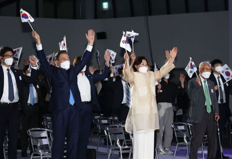 President Moon Jae-in and first lady Kim Jung-sook raise their hands during a formal chant celebrating Korean independence from Japanese occupation along with other participants of at a National Liberation Day commemoration event at Dongdaemun Design Plaza in Seoul's Jung-gu District, Saturday. Yonhap