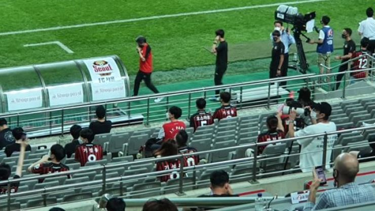Football fans watch the K league 1 15th round match between FC Seoul and Gangwon FC at the Seoul World Cup Stadium, Saturday. / Korea Times files