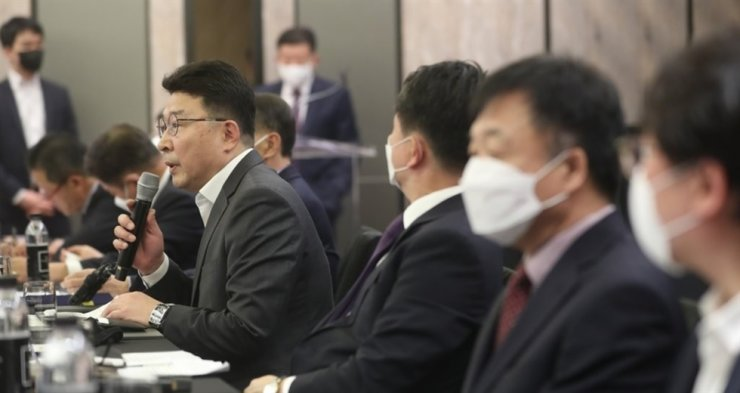 Choi Doo-young, left, head of the Korean Federation of Port & Transport Workers' Union, speaks at a press conference to discuss POSCO's plan to launch a logistics affiliate, at the Four Seasons Hotel Seoul on May 19. Yonhap