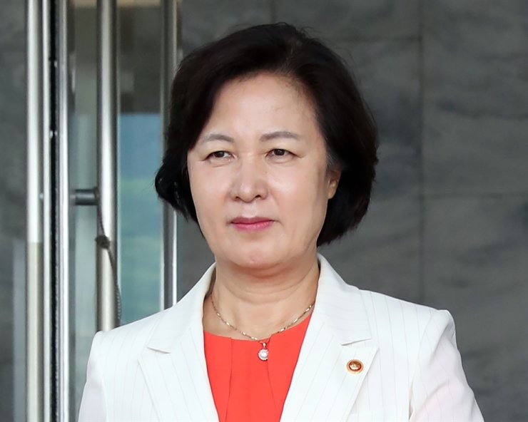 Justice Minster Choo Mi-ae leaves the ministry's headquarters in Gwancheon, Gyeonggi Province, Friday, after filling key posts in the prosecutors' office with pro-government officials./ Yonhap