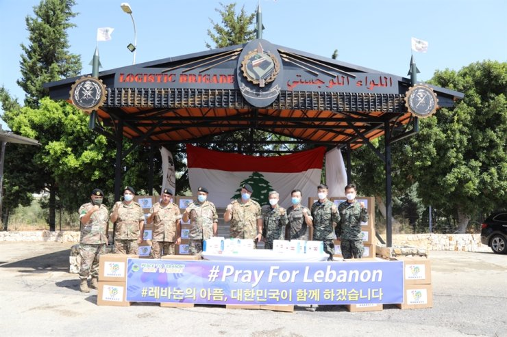 Army Col. Kim Do-yul, fourth from right, who commands the Dongmyung Unit in Lebanon, poses with Lebanese and Korean military officers Saturday after delivering emergency relief items to help the country recover from a recent massive explosion in Beirut that killed at least 153 people and injured more than 6,000. According to the defense ministry, the Korean unit, which has been dispatched there since 2007 as part of the U.N. Interim Forces in Lebanon, handed over a total of 6,000 medical supplies sets and other relief items to the Lebanese military authorities, with 4,000 more packages to be delivered soon. / Courtesy of Ministry of National Defense