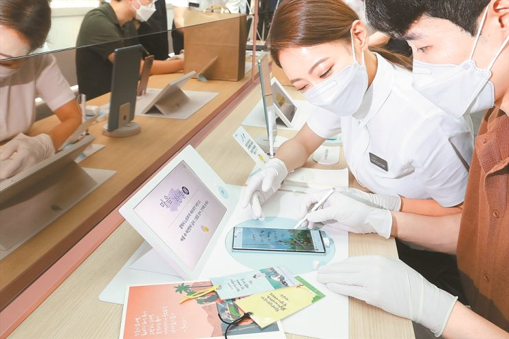 A customer tries out Samsung Electronics' new Galaxy Note20 smartphone at the Galaxy Note20 Studio in Seoul, Aug. 8. / Courtesy of Samsung Electronics