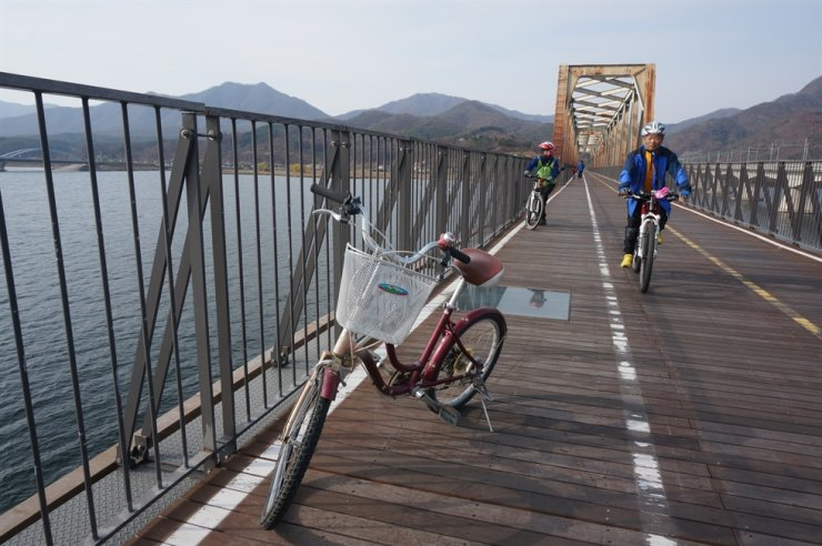 Riders enjoy a bicycle trip on the Namhan River bicycle route. / Courtesy of Korea Tourism Organization