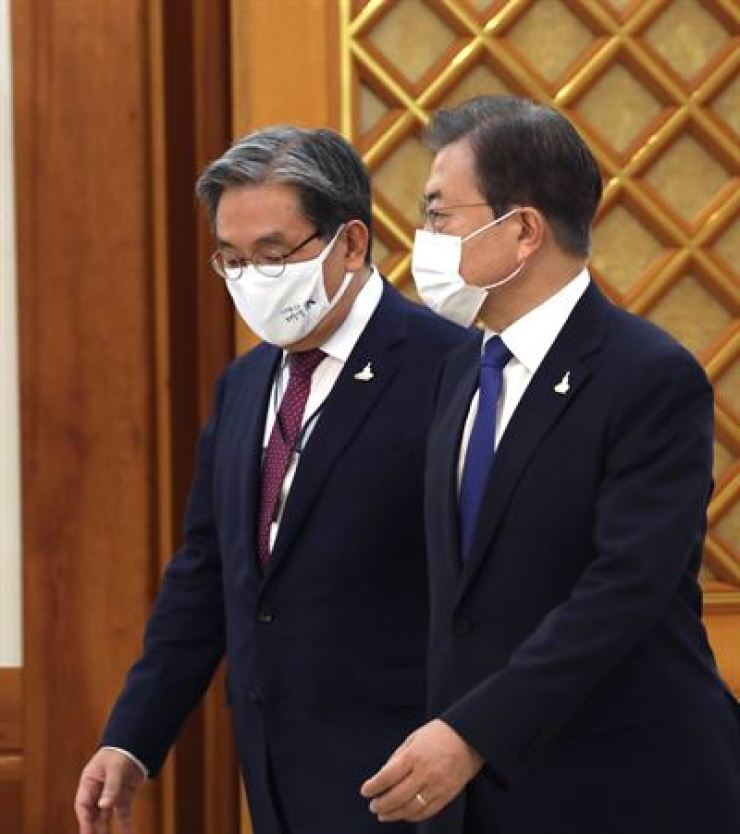 President Moon Jae-in and his chief of staff Noh Young-min / Korea Times file